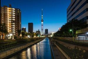 tokyo skytree in schemering foto