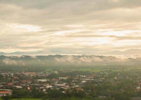 bergen en wolken bij zonsopgang foto