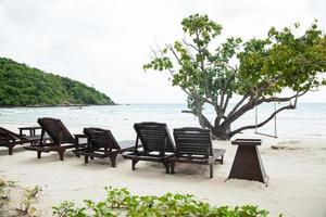 houten bedden op het strand in Thailand