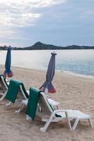 stoelen op het strand in thailand foto