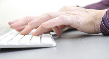 persoon te typen op wit toetsenbord