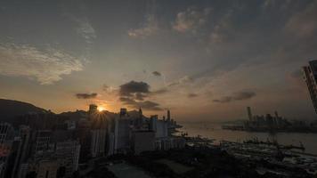 hong kong, 2020 - zonsopgang boven gebouwen foto