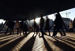 hong kong, 2020 - mensen lopen in de buurt van het metrostation. foto