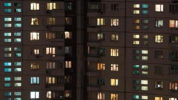 Moskou, Rusland, 2020 - Hoogbouwappartementen 's nachts foto