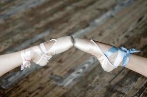 twee ballerina's die schoenen aanraken