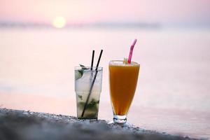cocktails bij zonsondergang foto