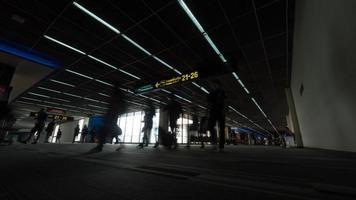 Bangkok, Thailand, 2020 - Mensen lopen op de luchthaven foto