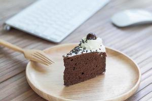 chocoladetaart en toetsenbord
