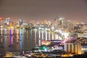 pattaya stad in de avond foto