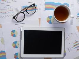 bedrijfsrapportgegevenspapier met pen en tablet foto
