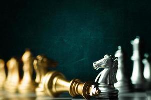 schaakbord met goud- en zilverstukken foto