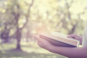 een boek lezen in het park foto