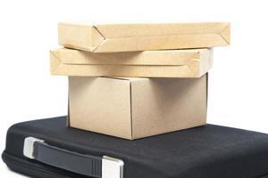 bruine papieren dozen op een zwarte koffer