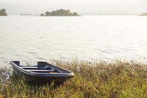 boot aan de oever van het meer