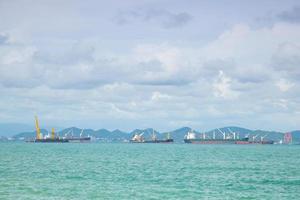 vrachtschepen voor de kust afgemeerd in Thailand foto
