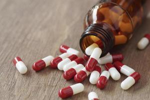 rode capsules op een tafel foto