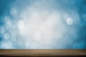 houten tafel met zachte blauwe bokeh achtergrond foto