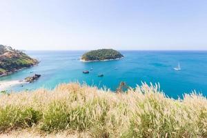 klein eiland in de buurt van phuket foto