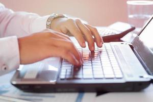 zakenman die op laptop in kantoor werkt