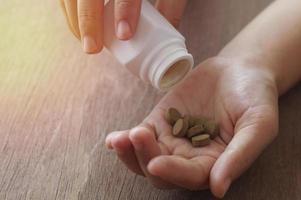 bruine tabletten in een handpalm