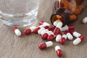 rode en witte capsules foto