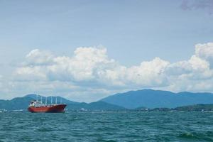 grote vrachtschepen in Thailand foto