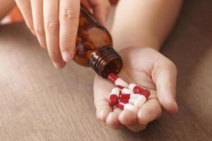 rode en witte capsules in de hand foto