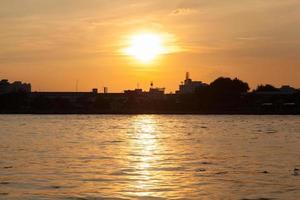 zonsondergang bij de rivier foto