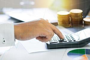 zakenman dringende rekenmachine met grafiek-overlay foto