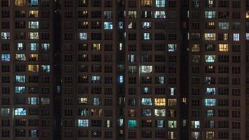 kuala lumpur, maleisië, 2020 - hoogbouw flatgebouw 's nachts foto