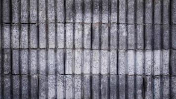 betonblokken op de buitenkant van de muur
