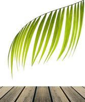 palmblad met houten tafel foto