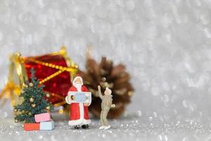 miniatuurbeeldjes van mensen die kerstversieringen ophangen foto