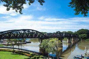 brug over de rivier kwai in thailand foto