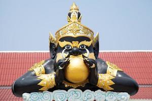 gigantisch standbeeld in een tempel in Thailand foto