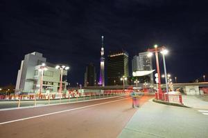 tokyo sky tree 's nachts foto