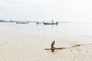 anker rustend op het strand in Thailand foto