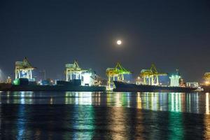 vrachtschepen die in thailand aanmeren foto