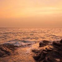 de zee bij zonsondergang