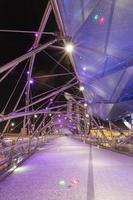 brug in de stad van Singapore bij nacht foto