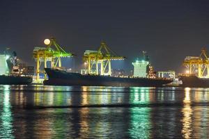 vrachtschip aanmeren in Thailand foto