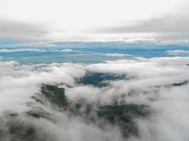 top van de berg met uitzicht op mistige vallei foto