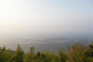 agrarisch gebied aan de voet van de berg foto