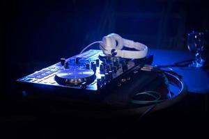 dj draaitafel, vinyl platenspeler op tafel foto