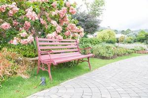 roze bankje in het park