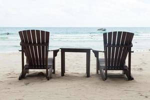 stoelen en tafel op het strand foto