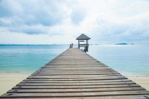 houten pier aan zee foto