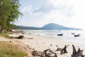 kleine vissersbootjes op het strand foto