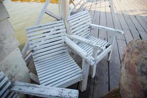 stoelen aan het water foto