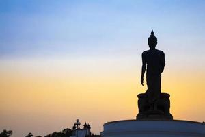 grote boeddha bij zonsondergang foto